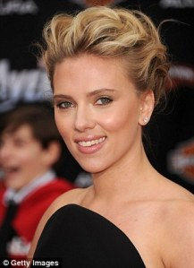 scarlett-johansson-swaps-her-catsuit-for-a-good-little-black-dress-on-the-avengers-premiere_ncnt-_1